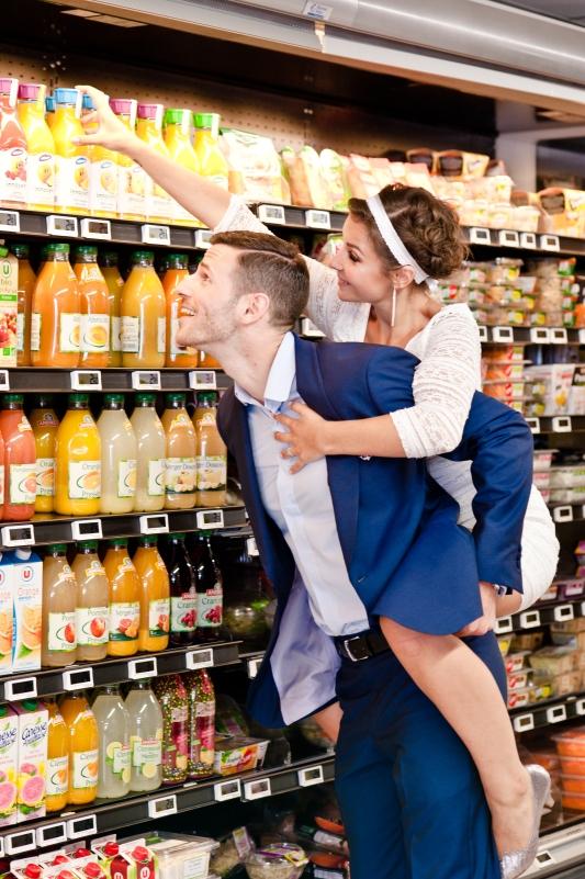 Séance photos mariage dans un supermarché