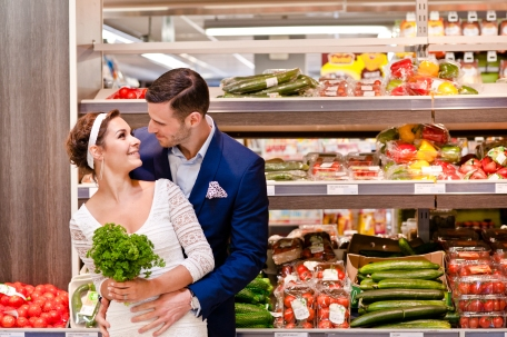 Photos de mariés dans un supermarché